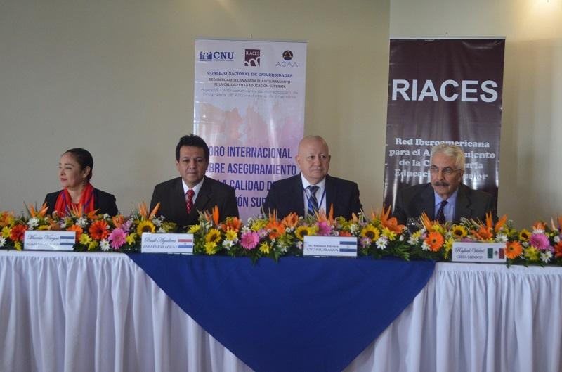 De extrema izquierda Dra. Marcia Vargas, presidenta ACAAI; Dr. Raúl Aguilera Méndez, presidente RIACES, Dr.Telémaco Talavera Siles, presidente CNU y rector UNA; Dr. Vidal, coordinador general CIEES de México.
