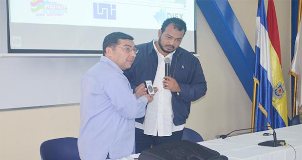 De extrema izquierda Enrique Armas, vicealcalde de Managua y el arquitecto Jairo Páramo, coordinador de la Comisión de Extensión del CNU, y director de Extensión Universitaria de la UNI.