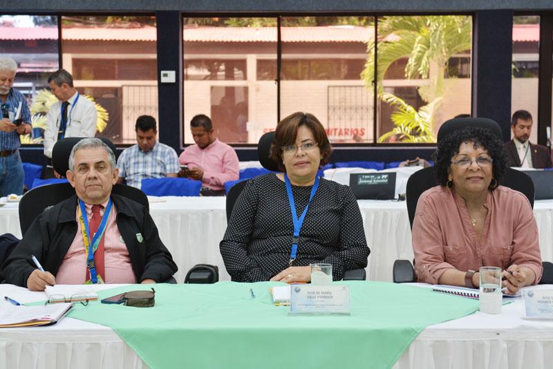 De extrema izquierda Ing. Alberto Sediles, rector de la UNA; Dra. Flor de María Valle, rectora de la UNAN-León, y Dra. Alta Hooker, rectora de la URACCAN.
