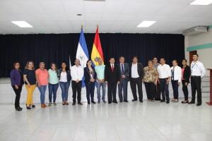 Foto grupa de docentes y administrativos de la FAREM Carazo junto a las autoridades del