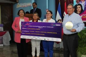 Dra. Elvira Maritza Andino, docente de la UNAN-Managua recibe premiación.