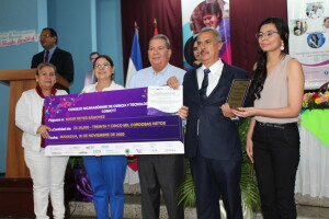 Dr. Nadir Reyes Sánchez de la Universidad Nacional Agraria (UNA) recibe galardón.