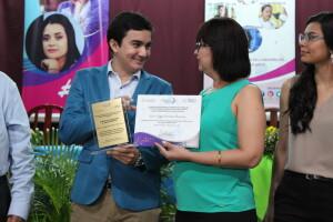 Dr. Kevin Morales Chamorro de la Universidad Católica (UNICA) recibe premio en la categoría Joven Científico