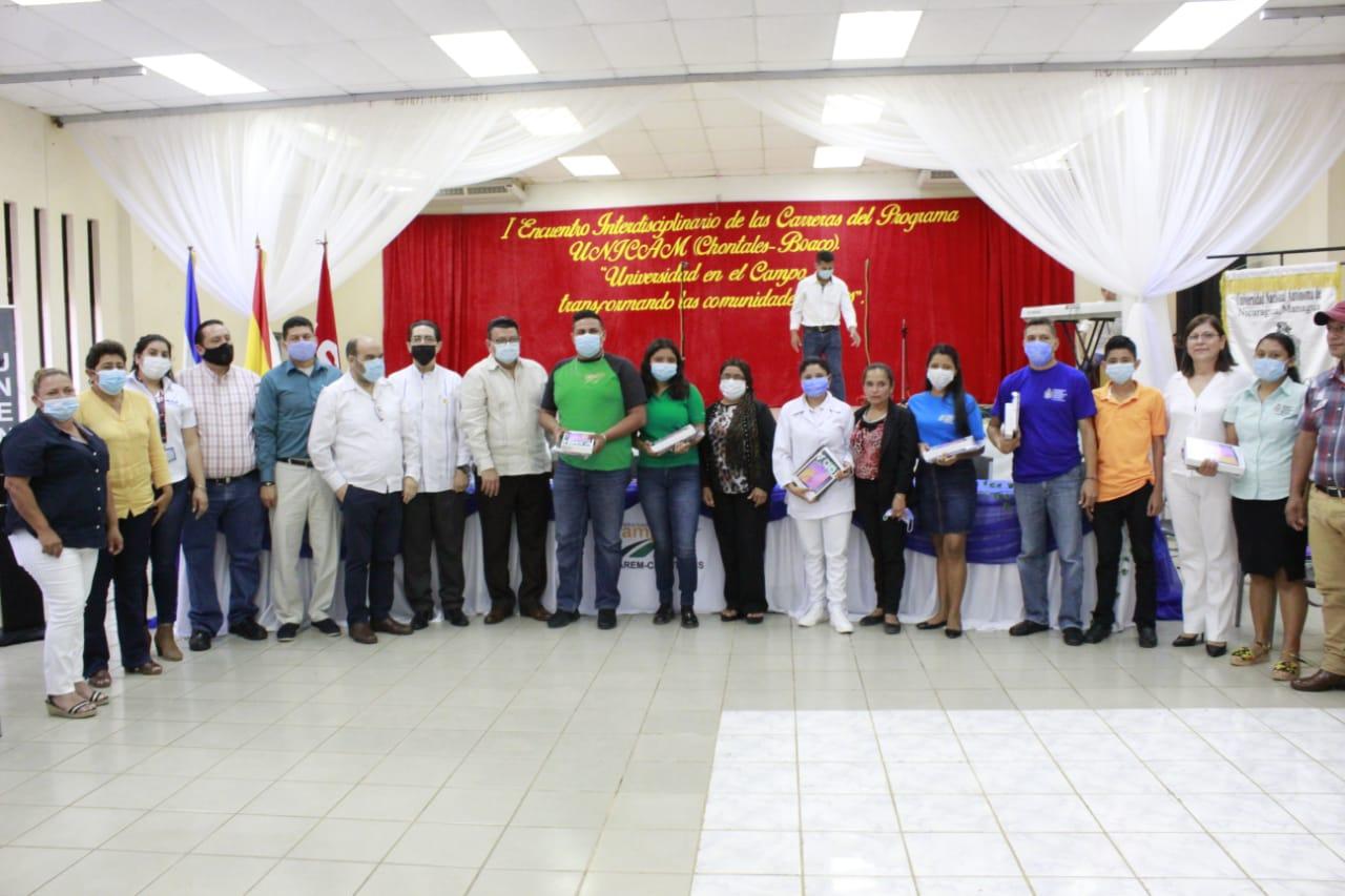 Estudiantes recibiendo reconocimiento de excelencia académica.