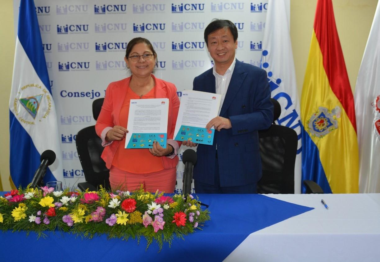 MSc. Ramona Rodríguez, Presidenta de CNU y Rectora de UNAN-Managua y Sr. Eric Liu, gerente general HUAWEI Guatemala.